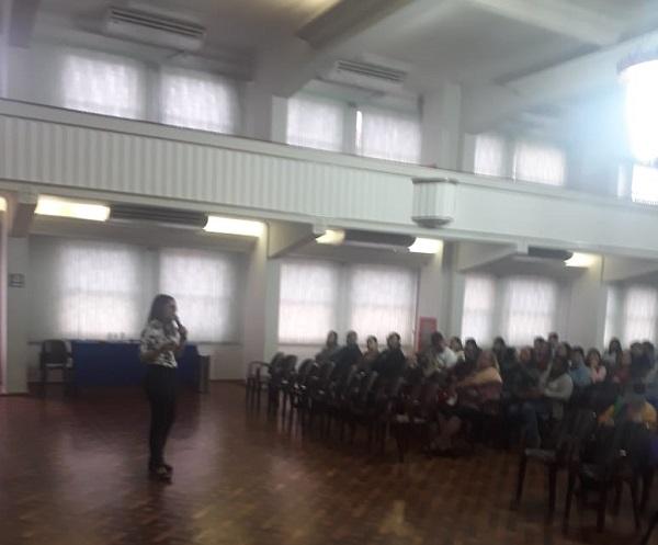 Fabiana durante a sua palestra.